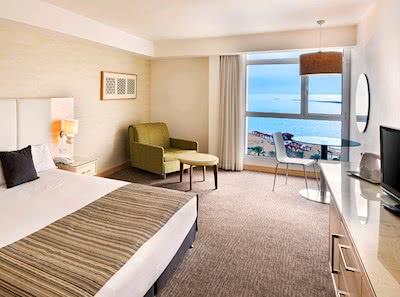 חדר גדול עם נוף לים המלח ולבריכה