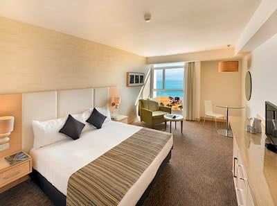 חדר גדול עם נוף לים המלח