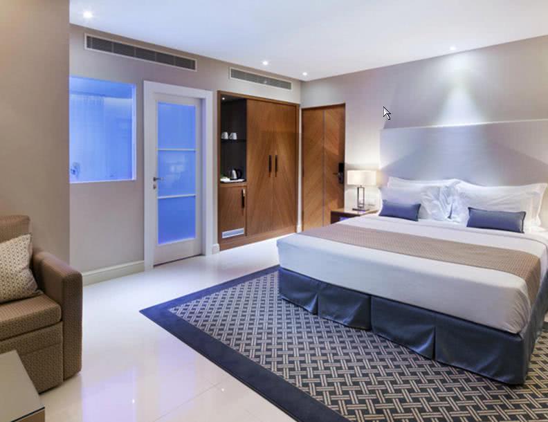 חדר עם בריכה
